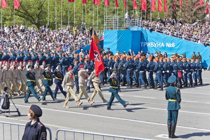 Los soldados rusos marchan en el desfile en Victory Day anual, mayo, fotografía de archivo
