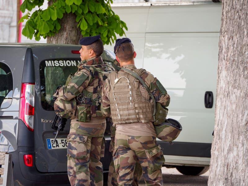Los soldados se colocan cerca del estacionamiento de la basílica de Notre Dame de Fourviere, Lyon, Francia fotos de archivo