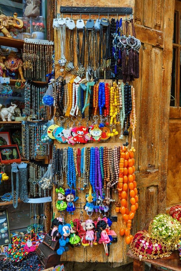 Los sombreros azerbaiyanos de los recuerdos de Tradional y la ropa hecha punto vendieron en la calle de Huseynov, opinión sobre e fotografía de archivo libre de regalías