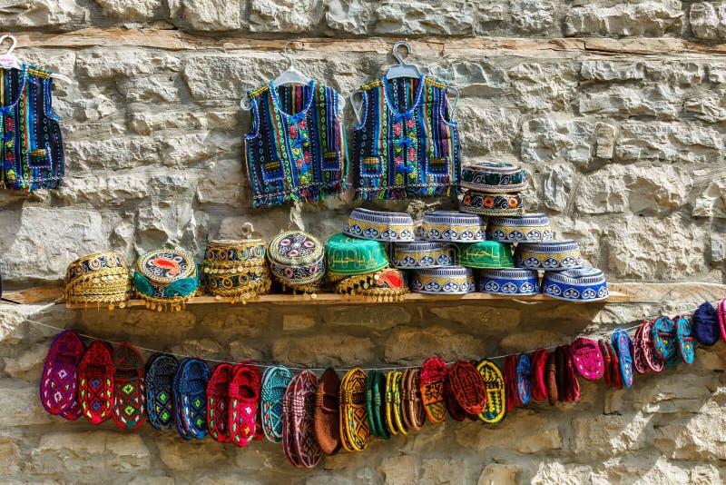 Los sombreros azerbaiyanos de los recuerdos de Tradional y la ropa hecha punto vendieron en la calle de Huseynov, opinión sobre e fotos de archivo libres de regalías