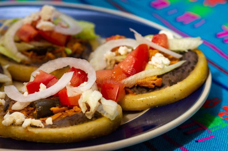 Los sopes mexicanos hicieron con tinga y las alubias negras del pollo imágenes de archivo libres de regalías