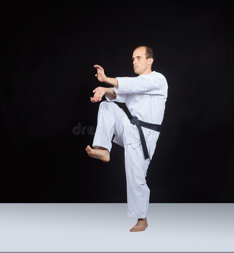 Los soplos arman y pierna en perfoming de un atleta adulto imagenes de archivo