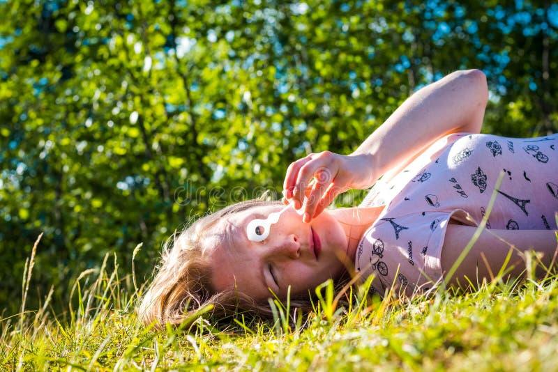 Los soplos hermosos y de la chica joven jabonan burbujas foto de archivo