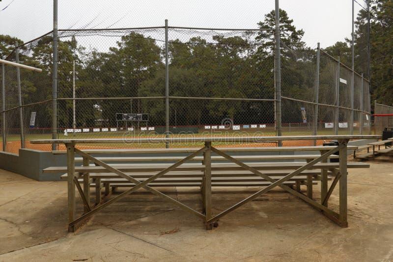 Los soportes y el campo de béisbol foto de archivo
