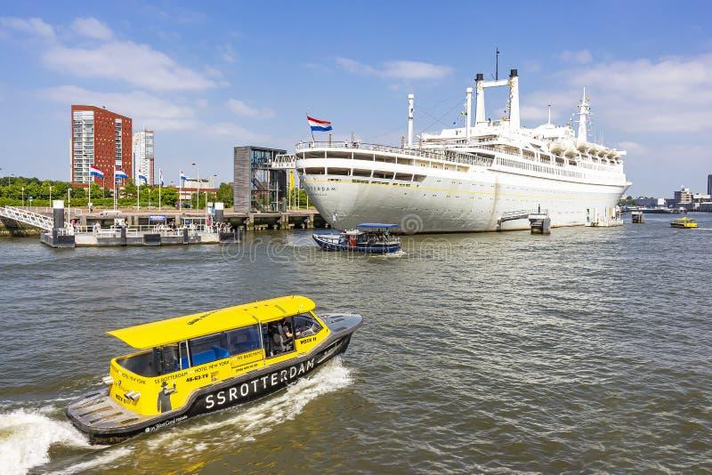 Los SS Rotterdam en su ubicación permanente en el muelle de Katendrecht en Rotterdam, con algunos barcos blandos para transportar fotografía de archivo