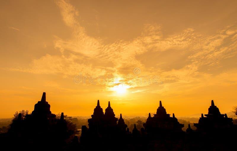Los stupas de la salida del sol de Borobudur son budistas foto de archivo libre de regalías
