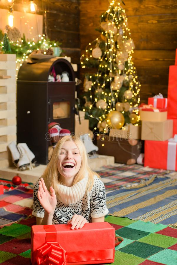 Los sue?os vienen verdad Decoraciones del ?rbol de navidad Su?ter hecho punto acogedor de la mujer disfrutar de la atm?sfera de l fotos de archivo libres de regalías