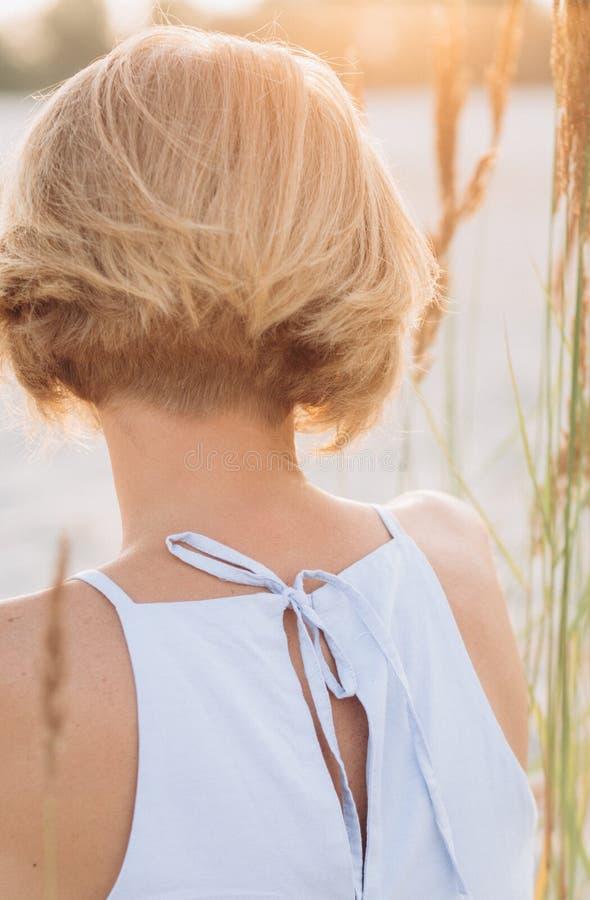 Los sundress de la muchacha mienten anhelo gritador triste de la arena imagen de archivo libre de regalías