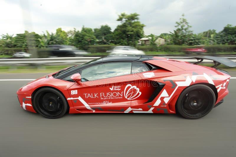 Los supercars de Lamborghini conducen velocidad en la autopista sin peaje fotografía de archivo libre de regalías