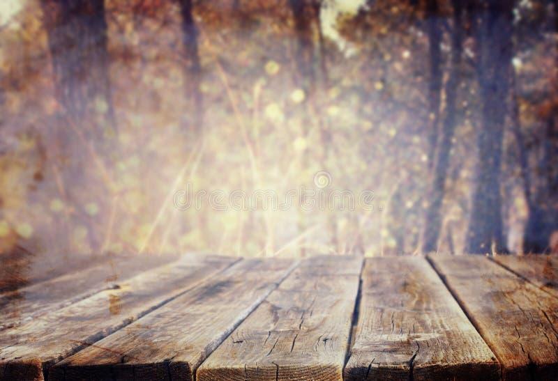Los tableros y los fondos de madera de la naturaleza del verano se encienden entre árboles imagenes de archivo