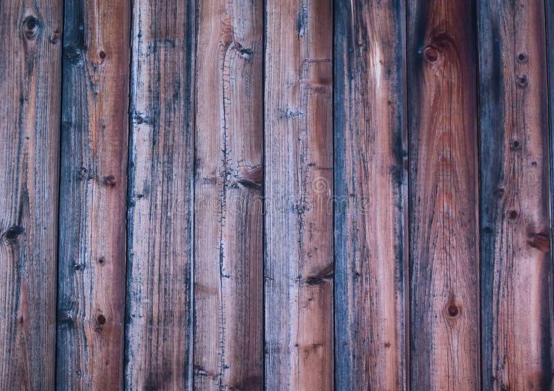 Los tablones verticales resistieron al substrato bajo superficial oscuro chamuscado rústico imagen de archivo