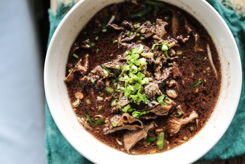 los tallarines con la mezcla de sopa de la sangre del cerdo con cerdo y la verdura foto de archivo libre de regalías