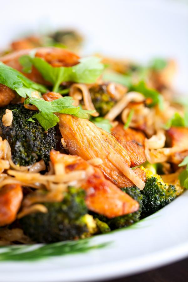 Los tallarines de arroz con el pollo, el mun de las setas y las verduras, se preparan imagenes de archivo