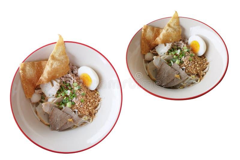 Los tallarines de arroz finos, la comida con la bola de pescados de aderezo frieron la verdura medio-hervida wonton del huevo y o imagen de archivo libre de regalías