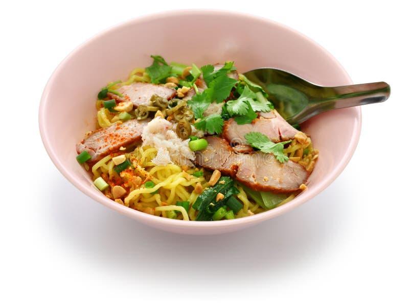 Los tallarines de huevo sirvieron con el cerdo de carne asada, comida tailandesa imagen de archivo