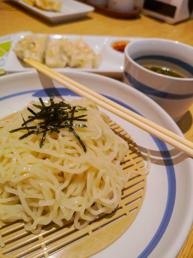 Los tallarines fr?os vertieron con alga marina secada en un sistema de platos japoneses imágenes de archivo libres de regalías
