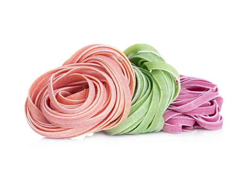 Los tallarines italianos de las pastas colorearon aislado en blanco imagenes de archivo
