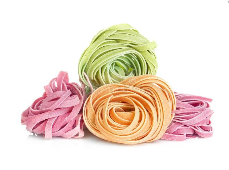 Los tallarines italianos de las pastas colorearon aislado en blanco fotografía de archivo