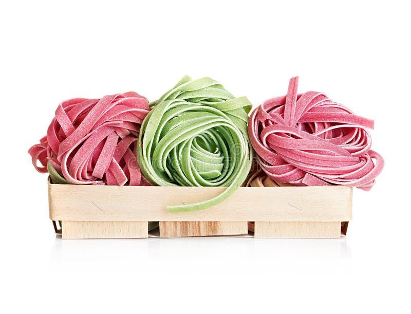 Los tallarines italianos de las pastas colorearon aislado en blanco fotografía de archivo libre de regalías
