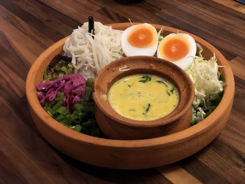 Los tallarines tailandeses picantes Kanom jeen y huevo hervido de la mitad imagen de archivo libre de regalías