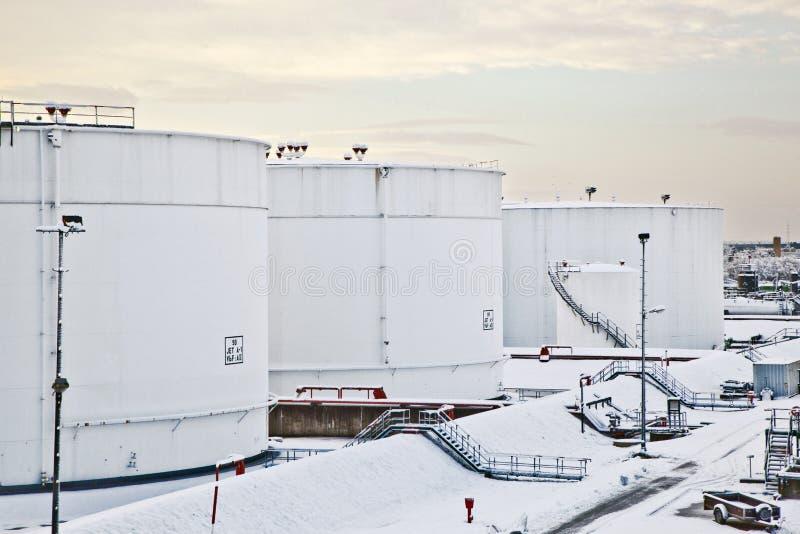 Los tanques blancos en granja del tanque con nieve en invierno fotografía de archivo libre de regalías