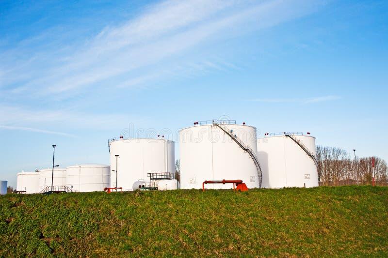 Los tanques blancos para la gasolina y el aceite en granja del tanque imágenes de archivo libres de regalías