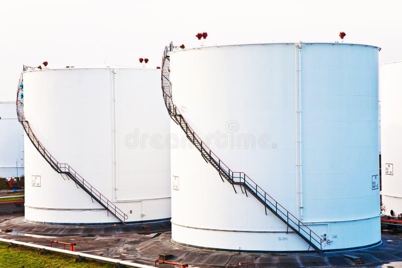 Los tanques blancos para la gasolina y el petróleo en granja del tanque fotografía de archivo libre de regalías