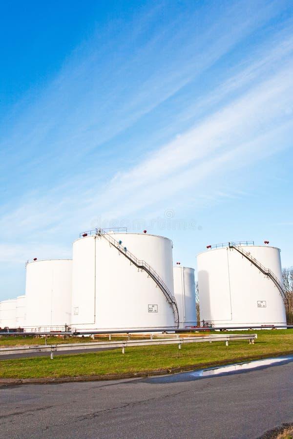 Los tanques blancos para la gasolina y el petróleo en granja del tanque fotos de archivo