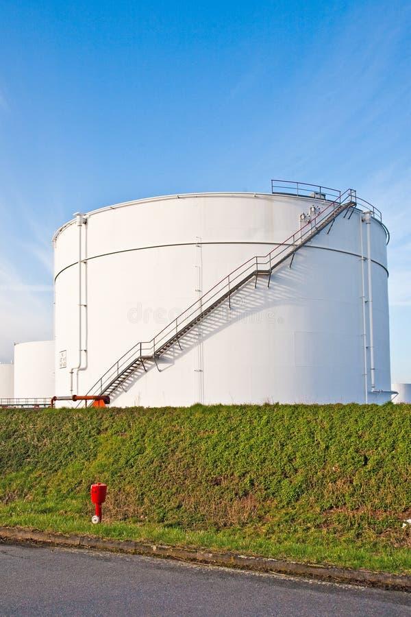 Los tanques blancos para la gasolina y el petróleo en granja del tanque foto de archivo