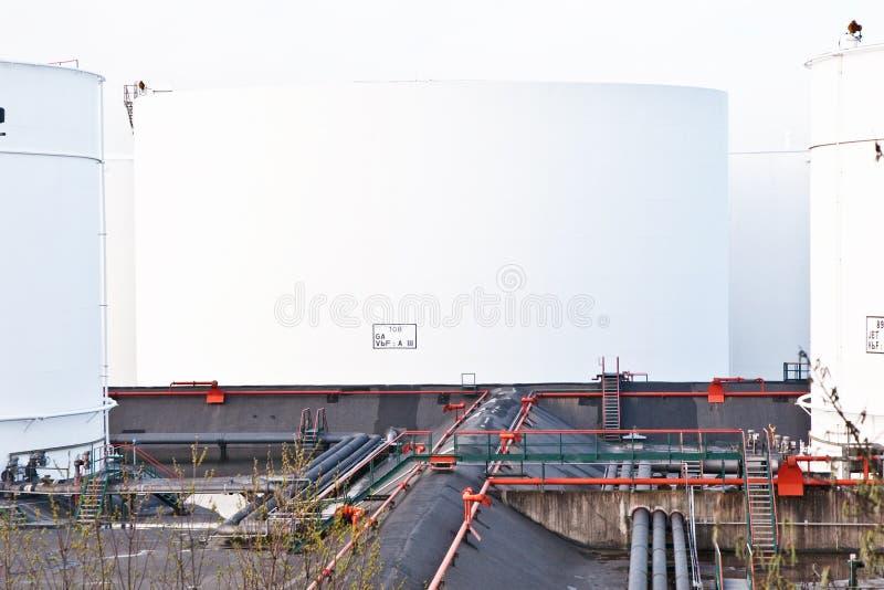 Los tanques blancos para la gasolina y el petróleo en granja del tanque imágenes de archivo libres de regalías