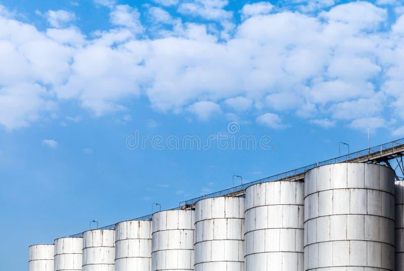 Los tanques brillantes del metal para el almacenamiento de materiales a granel fotografía de archivo libre de regalías