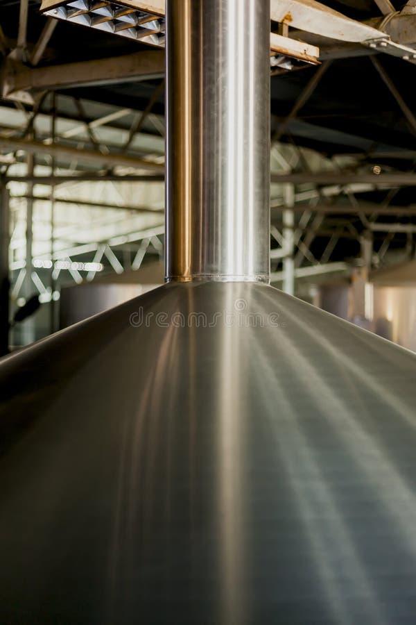 Los tanques de acero inoxidables de la cervecería el concepto del negocio elaboró la cerveza, producción de la cerveza fotografía de archivo libre de regalías
