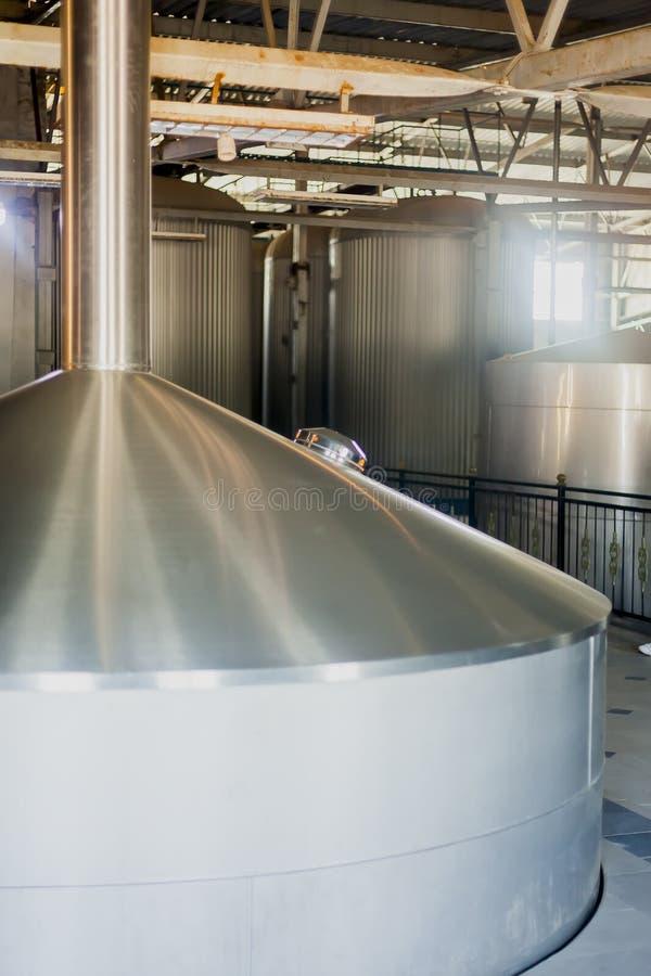 Los tanques de acero inoxidables de la cervecería el concepto del negocio elaboró la cerveza, producción de la cerveza imagenes de archivo