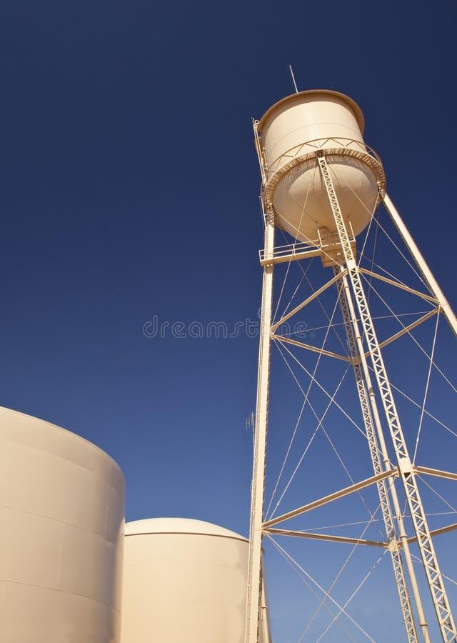Los tanques de agua y cielo azul fotos de archivo