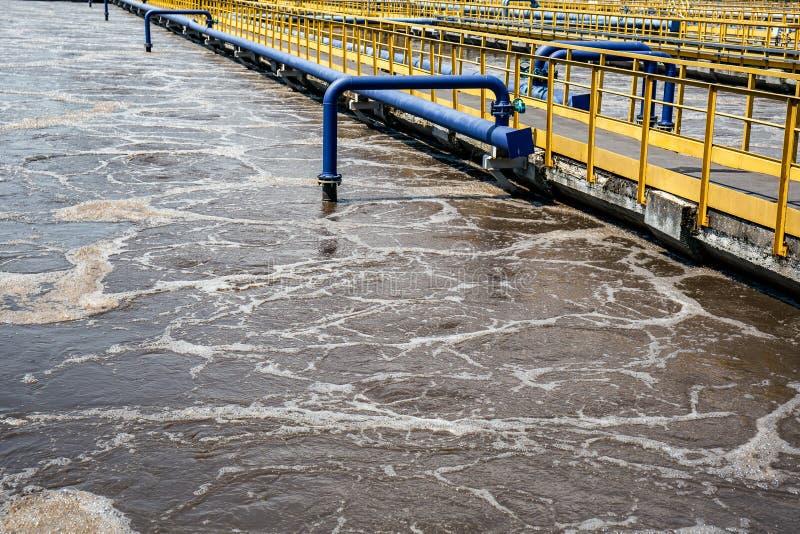 Los tanques de aireación en las aguas residuales que reciclan y que limpian, depuradora de aguas residuales moderna imagen de archivo