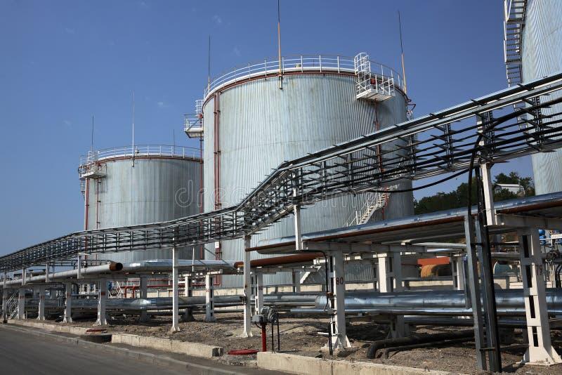 Los tanques de almacenaje de combustible del gas y de petróleo imágenes de archivo libres de regalías