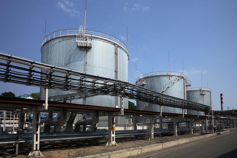 Los tanques de almacenaje de combustible del gas y de petróleo fotografía de archivo