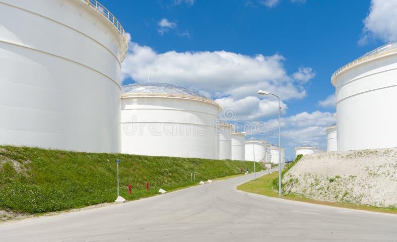 Los tanques de almacenaje de petróleo fotografía de archivo libre de regalías