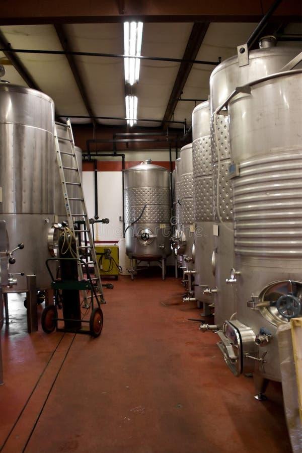 Los tanques de almacenaje del vino fotografía de archivo