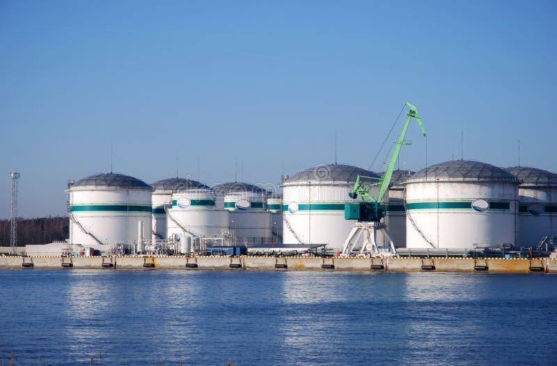 Los tanques de almacenaje en el puerto fotografía de archivo libre de regalías