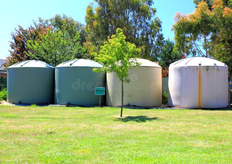 Los tanques de almacenamiento amistosos eco- grandes del agua imagenes de archivo