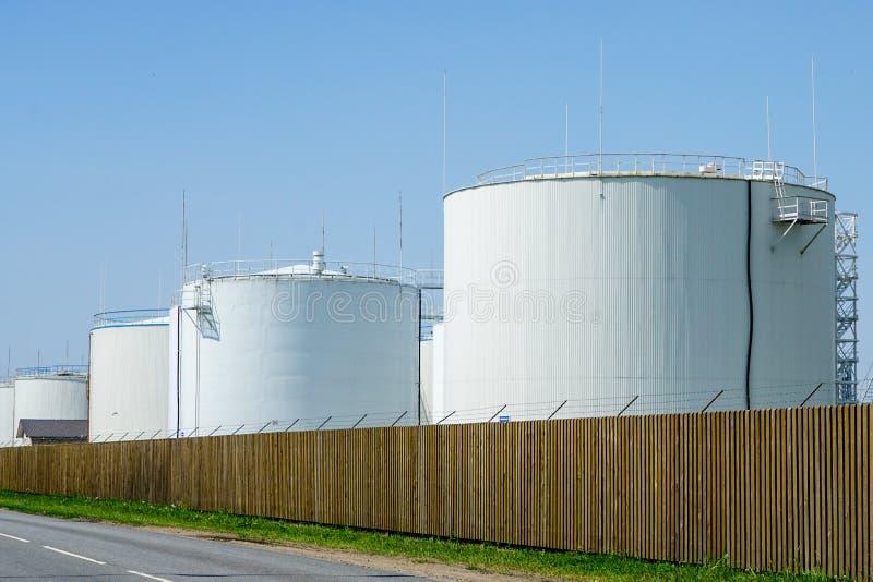 Los tanques de almacenamiento cil?ndricos blancos para los productos petrol?feros foto de archivo libre de regalías