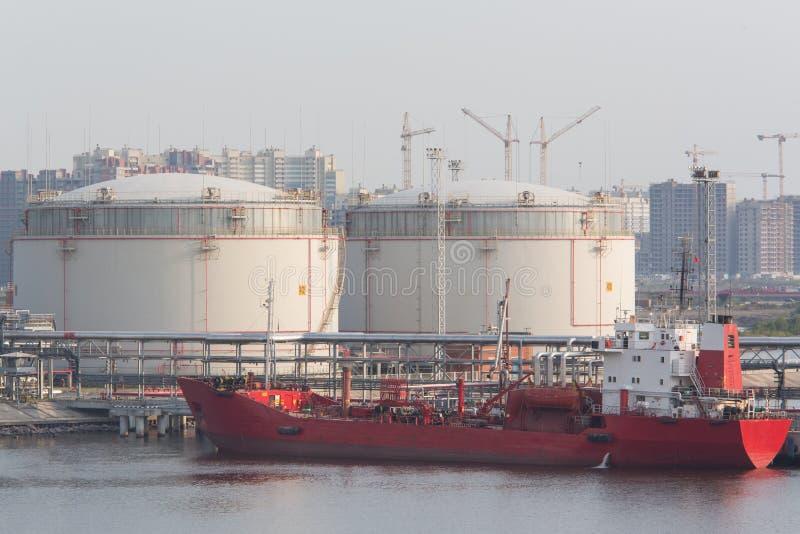 Los tanques de almacenamiento de la gasolina en el puerto fotos de archivo