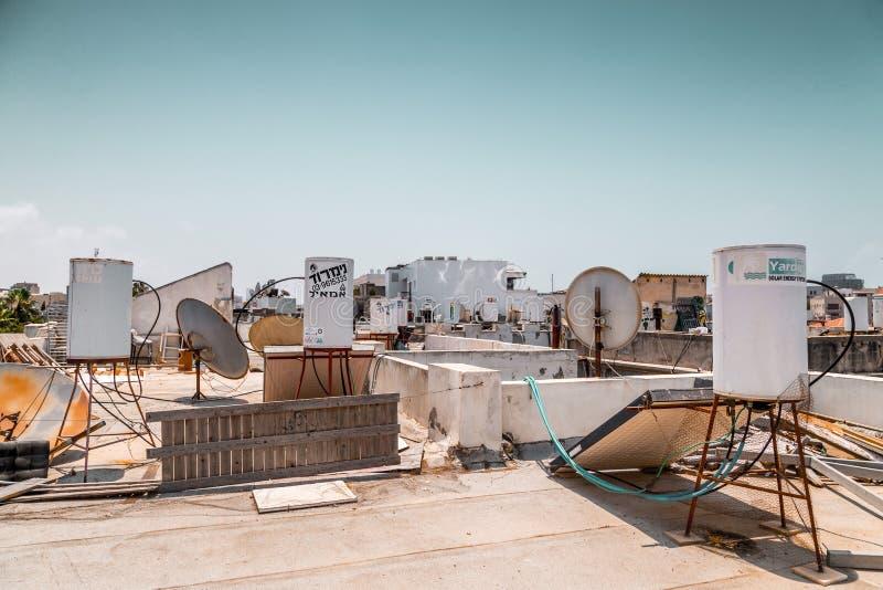 Los tanques de almacenamiento del agua, los paneles de energía solar y satélites foto de archivo