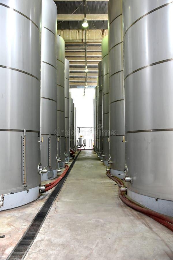 Los tanques de almacenamiento en una fábrica del vino fotografía de archivo