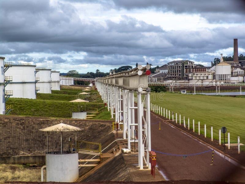 Los tanques de almacenamiento enormes para el etanol fotos de archivo