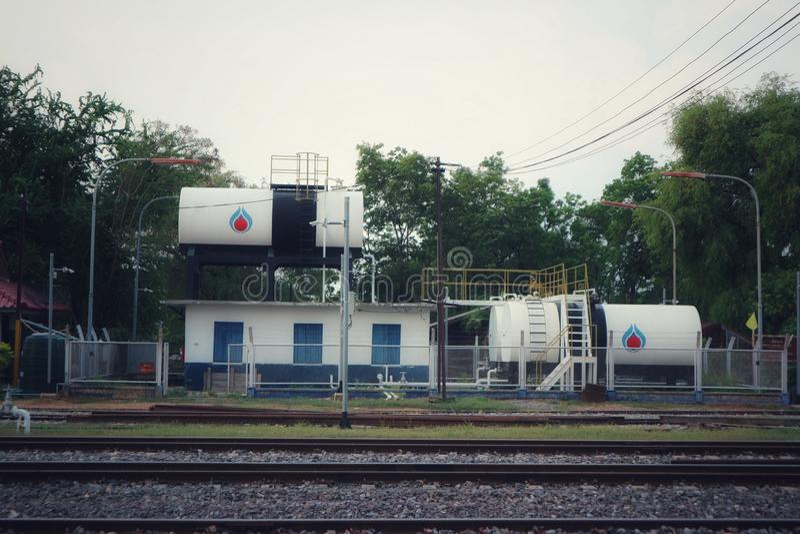 Los tanques de almacenamiento grandes de aceite en la estación de tren fotografía de archivo