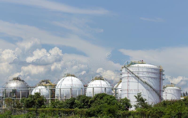 Los tanques de almacenamiento grandes blancos debajo de un cielo azul imágenes de archivo libres de regalías