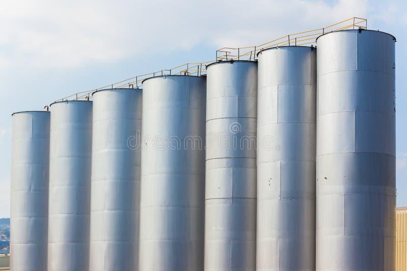 Los tanques de almacenamiento de la fábrica de acero fotografía de archivo libre de regalías