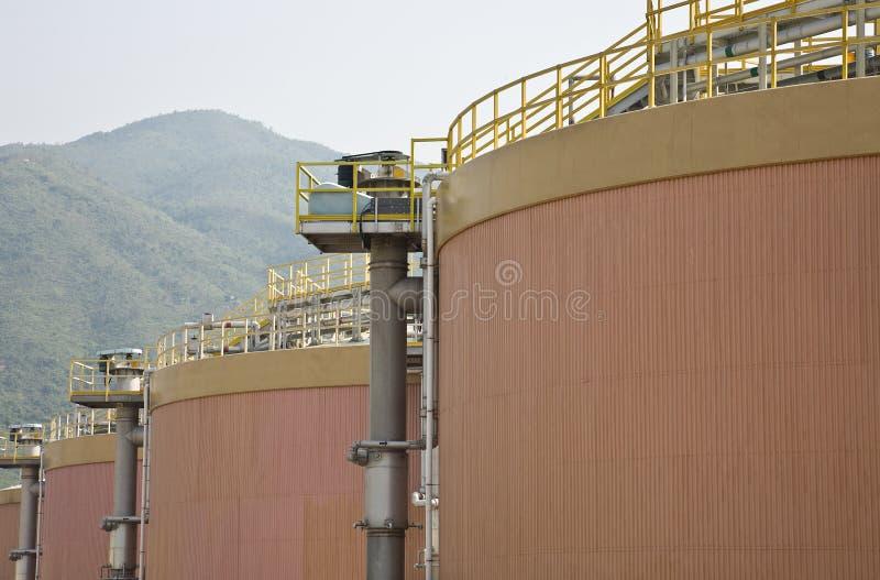 Los tanques de digestión en una depuradora de aguas residuales  fotos de archivo